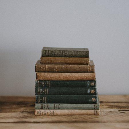Libros apilados por género